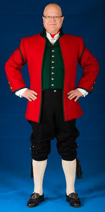 Rød, lang jakke i Engelsk klede med svarte biser til bunad fra Sogn til herre.