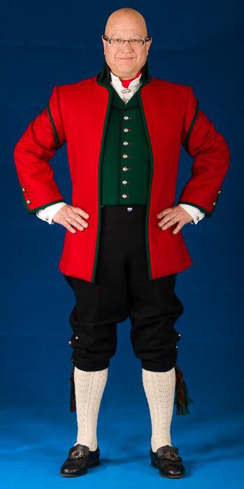 Mannsbunad fra Sogne med rød jakke og grønn vest