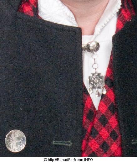 Halsnålen som på folkemunne er kalt Hornring er laget for hånd i klassisk filigran stil.