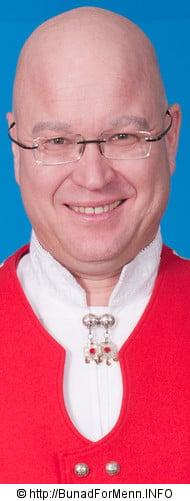 Sølvnålen i halsen på skjorten til Sunnmøre bunaden for mann lages som et klassisk anheng med Gotiske kors.