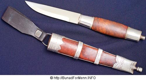 Bunadskniven er håndsmidd. Kniven har sølvbeslag og er håndsmidd.