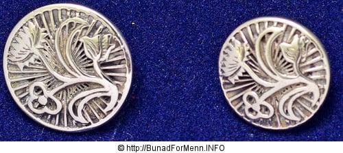 Vi lager knappene i et tradisjonelt mønster som er det mest brukte mønsteret i sølvet til denne bunaden. Mansjettknappene er laget i samme mønster som knappene. Alt vårt sølv er laget i vår egen sølvsmie av sølvsmeder med høy fagkompetanse.