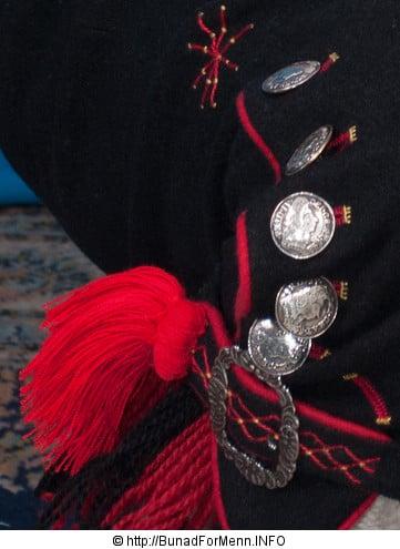 Hosebåndene lages i mange ulike varianter som står til mønsteret og fargen på vestene som hører til bunaden.