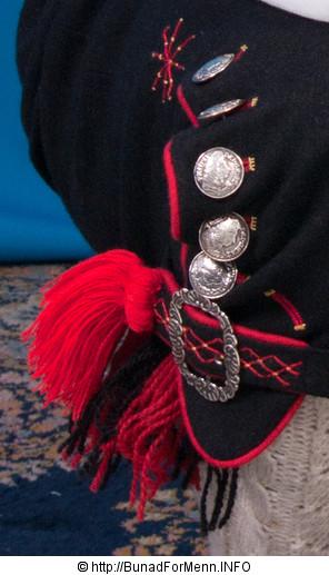 Strømpene er strikket i ubleket garn med et tradisjonelt flettemønster.