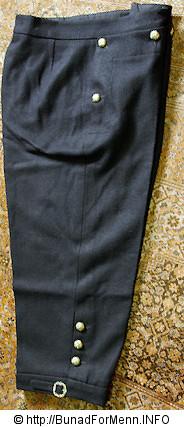 Nikkersen til Norlandsbunaden er laget av samme materiale som jakken. Her er det brukt Engelsk klede av aller beste kvalitet. Nikkersen er sydd etter gamle snitt og design med lokk foran på buksen.