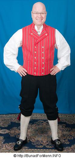 Buksen til Østfoldbunaden er laget av svart klede. Her er det brukt Engelsk klede av aller beste kvalitet.