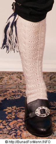 Til nikkers hører det med håndstrikkede ullstrømper av beste norske ull og hoseband som holder strømpene oppe.