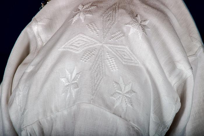 Den håndbroderte linskjorten er laget av aller beste kvalitet. Dette er et lin som er lett å stryke og kan koke vaskes om du skulle være så uheldig å søle på skjorten. Det er viktig at skjorten er i lin da lin puster i motsetning til bomull.