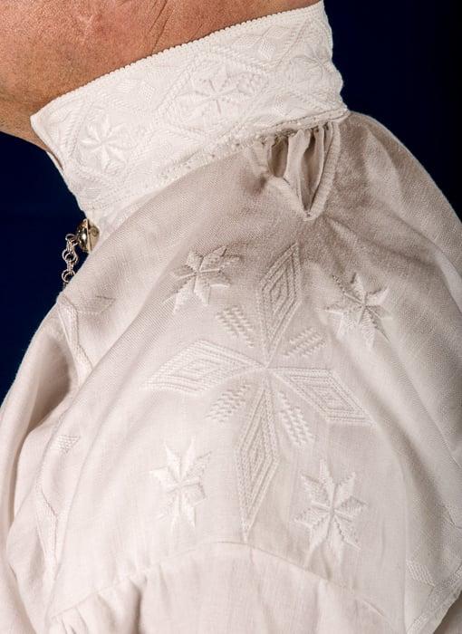 Bunad For Menn lager to type bunader fra Trøndelag. Den en bunaden som på folkemunne kalles Gauldalsbunad har hvit jakke mens den tradisjonelle Trønderbunaden har svart jakke. Bunadene består av lang jakke, håndvevet ullvest, nikkers, sølvknapper mansjettknapper halsnål, brodert linskjorten, håndstrikkede strømper og fingerflettede hosebånd, silkeskjerf, broderte bukseseler og bunadspose.