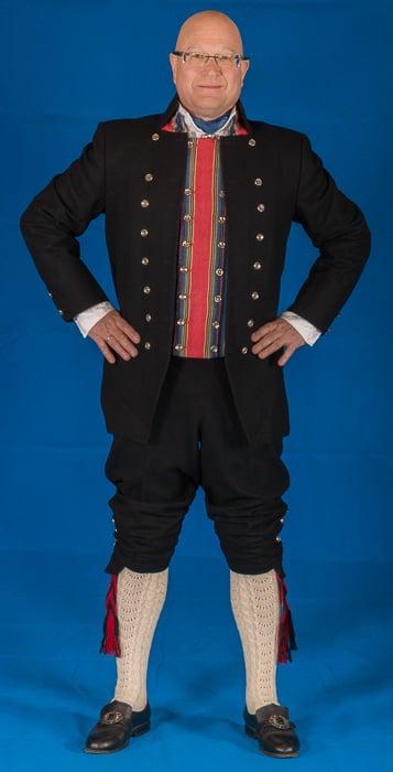 Mannsbunad fra Trøndelag med svart jakke
