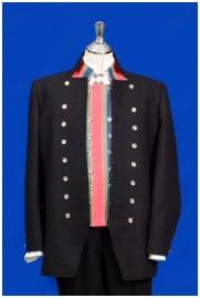 Bunad fra Trøndelag med jakke, vest og kort bukse. Linskjort, sølvknapper, mansjettknaper og ellers alt som hører til.