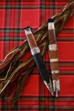 Kniv hører også med til mannsbunad fra Østfold. Her er eksempel på to av de knivene vi lager.