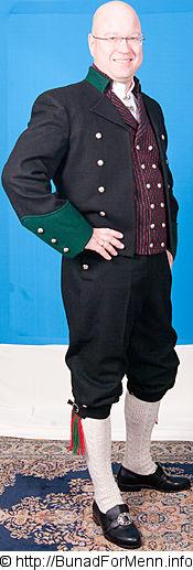 Mansjettknappene er i likhet med knappene på Jakke, bukse og vesten dekorert med Femblads rosa som fra gammelt av også ble kalt «Bergensølv» Grunnen til dette var at Bergen var kjent for sin produksjon av kvalitetsølv.