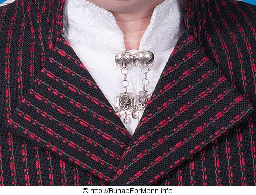 Sølvnålen i halsen på skjorten til Vest-Agder bunaden lages som et klassisk anheng med Gotiske kors.