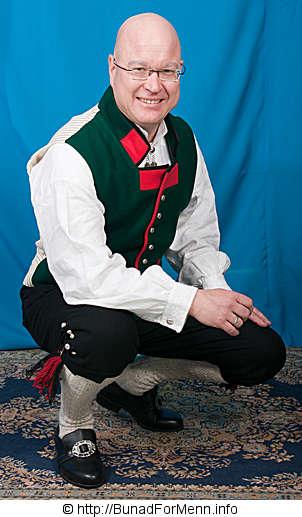 Strømper og hosebånd sognebunaden med rød jakke er håndstrikket i norsk ull av aller beste kvalitet.