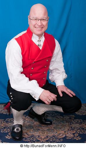Buksen til Vestfoldbunaden er laget i svart klede. Her er det brukt klede av aller beste kvalitet. Nikkersen er sydd etter gamle snitt og design med lokk foran på buksen. Det er viktig at buksene har et snitt hvor linningen på buksen går på navlen og buksen henger i bukseselene.