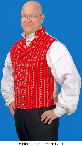 Den lange frakken til Østfoldbunaden er laget av hvit Engelsk klede, som er et ullstoff vevet som såkalt toskafta materiale av ren ull med innblanding av Merinoull