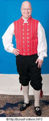 Buksen til Gauldal bunaden er laget i svart klede. Her er det brukt klede av aller beste kvalitet. Bunad For Menn sin nikkers er sydd etter gamle snitt og design med lokk foran på buksen.