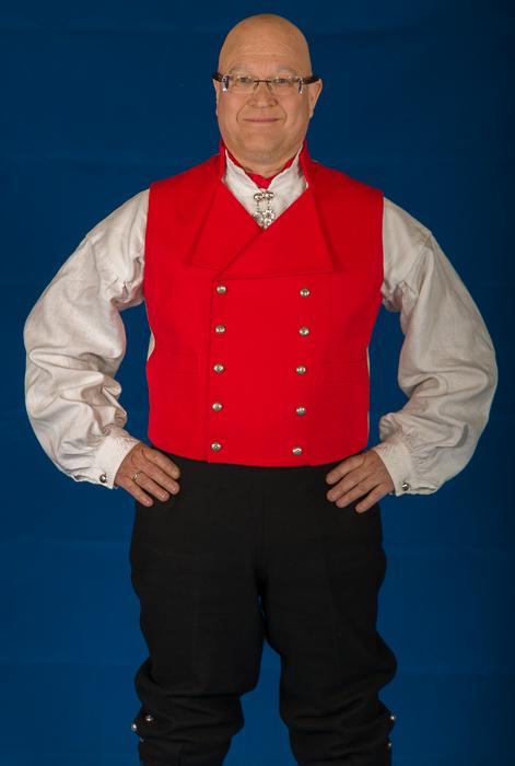 Buksen til Vestfoldbunaden er laget i svart klede. Her er det brukt klede av aller beste kvalitet. Nikkersen er sydd etter gamle snitt og design med lokk foran på buksen.