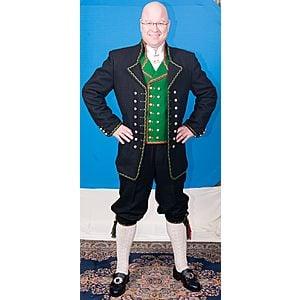 Hardangerbunaden er inspirert av maritime uniformer med tilknytning til kapervirsomhet mot slutten av 1600 tallet.